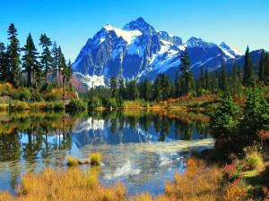Gran montaña junto a un lago
