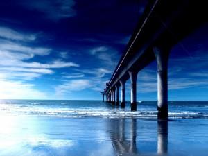 Gran muelle en una playa