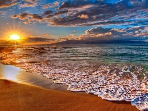 Rayos de sol calentando la orilla del mar
