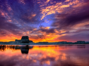 Bonito amanecer reflejado en el agua