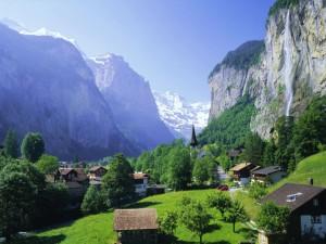 Cascada junto a un bonito pueblo entre montañas