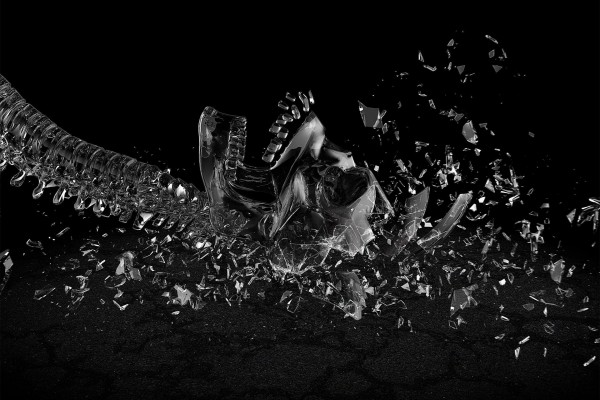 Esqueleto de cristal roto en mil pedazos