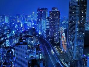 Noche azulada en una ciudad
