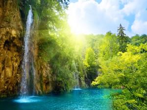 Cascadas en un radiante día de verano