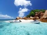 Barcas en una playa de aguas cristalinas