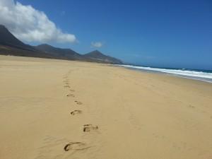 Huellas en la playa Cofete (Fuerteventura, Canarias)