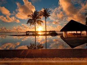 Cielo reflejado en una piscina