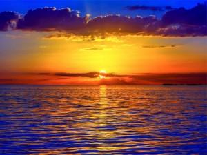 Sol en el horizonte iluminando el mar