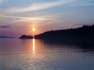 Sol poniente reflejado en la superficie del agua