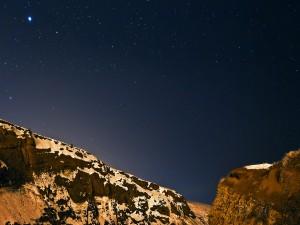 Cielo estrellado sobre montañas nevadas