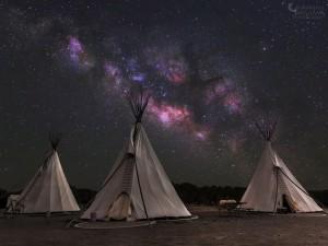 Tipis bajo una espectacular Vía Láctea