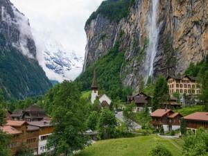 Magnífica cascada del Staubbach y la comuna de Lauterbrunnen (Suiza)