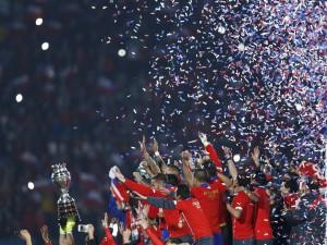 """Los jugadores de Chile (La Roja) recogiendo la """"Copa América 2015"""""""