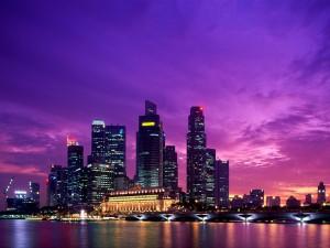Cielo púrpura sobre una ciudad