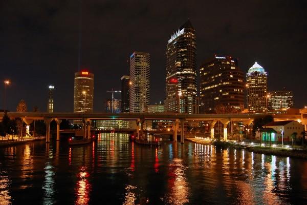 Luces reflejadas en el río de la ciudad