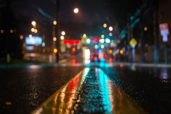 Luces reflejadas en una carretera