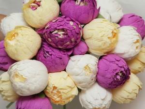 Flores de papel de color blanco, crema y púrpura