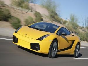 Lamborghini amarillo circulando por una carretera