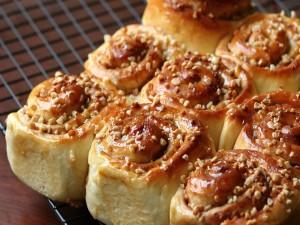 Unos ricos cinnamon rolls con frutos secos