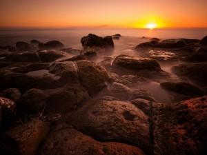 Sol apareciendo por el horizonte