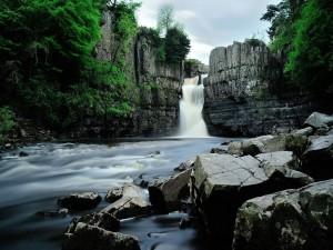 Cascada entre dos paredes de roca