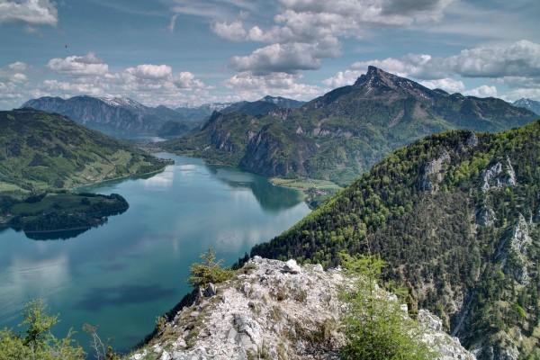 Montañas junto a un lago