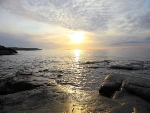 Rocas marinas iluminadas por el sol