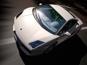 Un Lamborghini blanco en la carretera