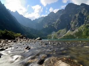 Río corriendo entre montañas