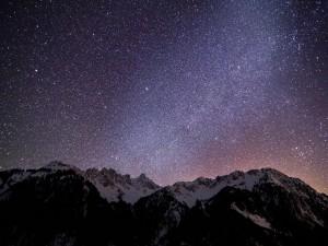Cielo cubierto de estrellas sobre las montañas