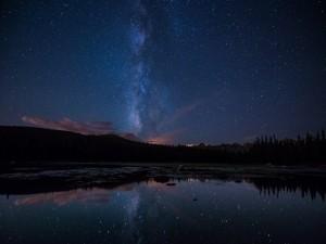 Vía Láctea reflejada en un lago