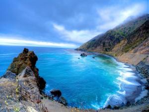 Mar azul junto a la costa
