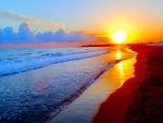 Sol iluminando la orilla del mar