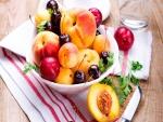 Delicioso plato de frutas frescas para comer en familia