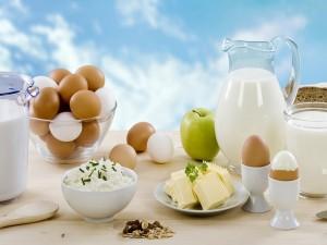 Productos lácteos, huevos, manzana y cereales para un desayuno nutritivo