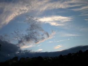 Cielo azulado sobre una ciudad