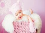 Hermoso bebé en una cesta