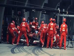 Mecánicos de Ferrari durante un pit stop de Fernando Alonso