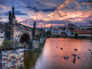 Piragüas bajo el puente Carlos (Praga)