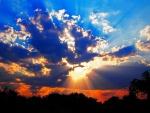 Sol iluminando cielo y tierra al amanecer