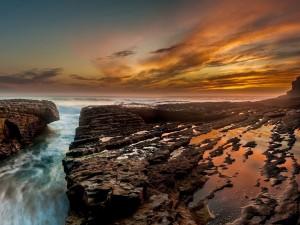 Hermosa costa vista al amanecer