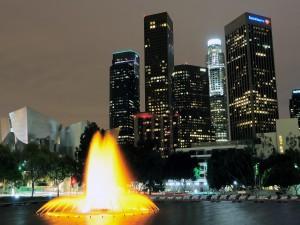Fuente iluminada en una ciudad