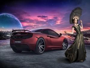 Elegante mujer junto a un coche