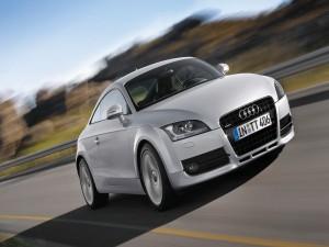 Audi gris en la carretera