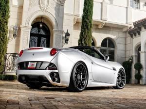 Un bonito Ferrari de color gris