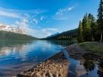 Agua en la orilla del lago
