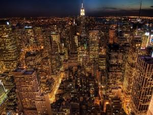 Gran ciudad iluminada en la noche