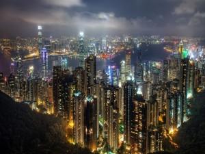 Hong Kong iluminada en la noche