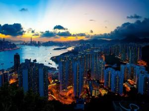 Luces en los edificios de una ciudad al amanecer