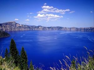 Un gran lago azul